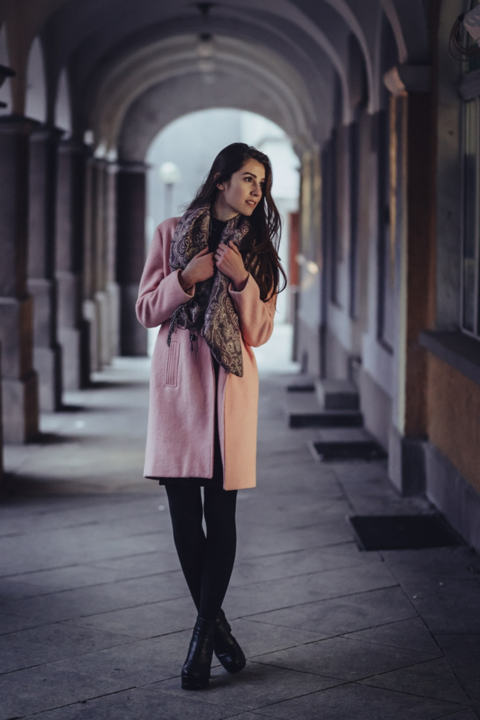 Look robe de soirée courte robe fluide tenu classe femme belle rose pale manteau