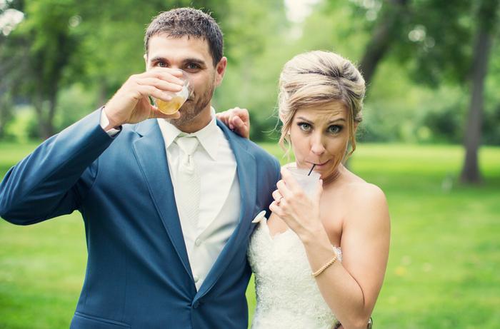 couple de mariés qui font des grimaces rigolotes, photo originale du premier toast
