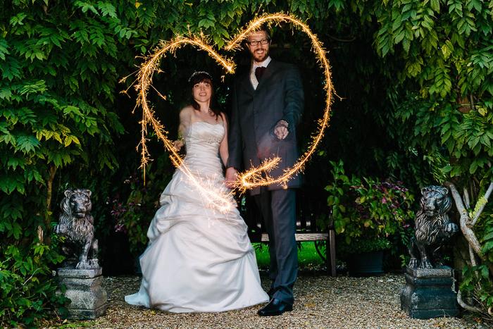une photo de couple romantique avec un halo en forme de coeur