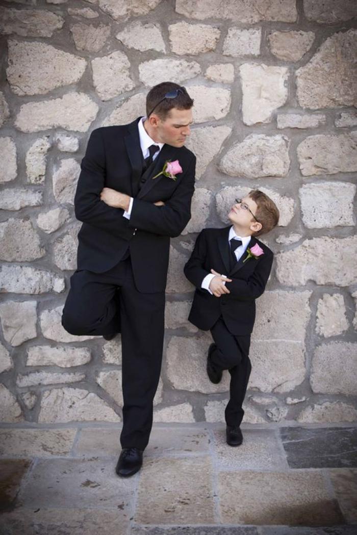 une photo mariage originale de marié et son petit garçon d'honneur qui posent d'une manière identique