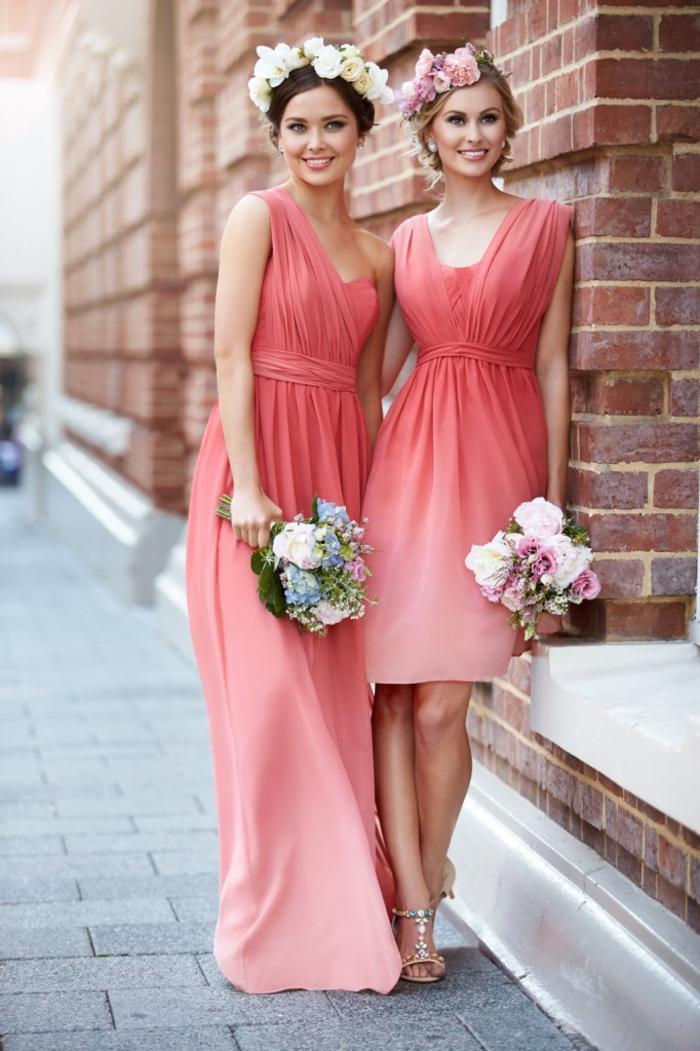 cortège nuptial de style bohème chic en robes couleur corail ombré à longueur qui varie de la maxi robe au modèle dessus les genoux