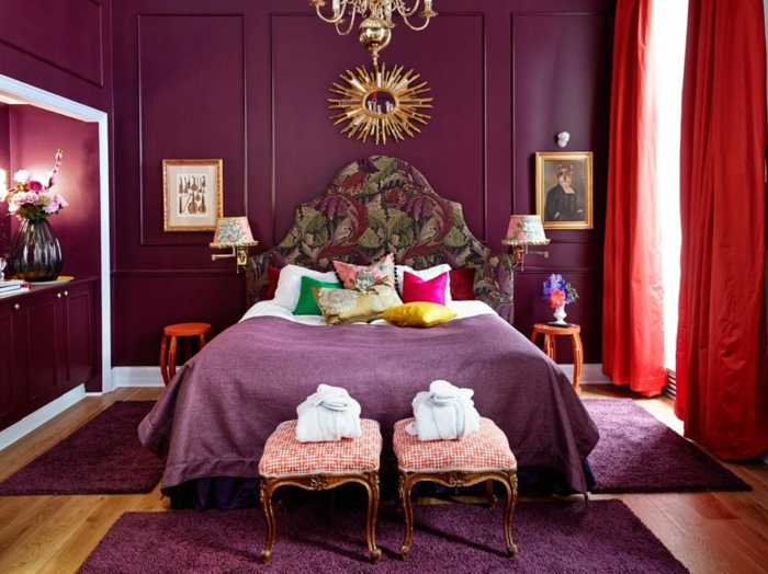 chambre couleur aubergine, plafonnier victorien, miroir décoratif, tabourets anciens, tpete de lit aux motifs floraux