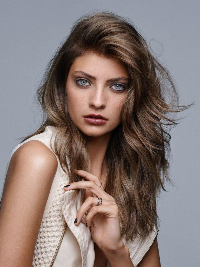 couleur de cheveux tendance, ongles courts à vernis noir, jeune femme aux yeux bleus, coiffure en couches