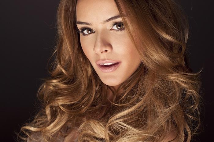 couleur de cheveux tendance, yeux marron femme, fard à paupières marron et doré, rouge à lèvres rose, fond de teint nuance pêche