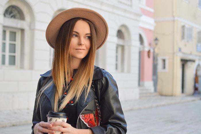 couleur de cheveux tendance, tasse de café en carton, veste en cuir noir pour femme, capeline beige