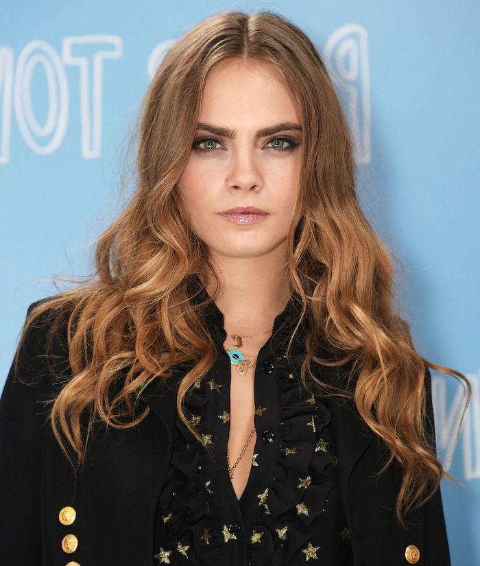 coloration cheveux, Cara Delevingne, coiffure cheveux bouclés en châtain clain et blond doré, yeux verts femme