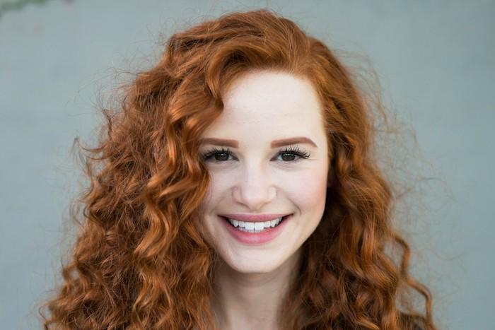 roux cuivré, coiffure cheveux frisés en orange, yeux marron avec mascara noir effet faux cils, rouge à lèvres rose
