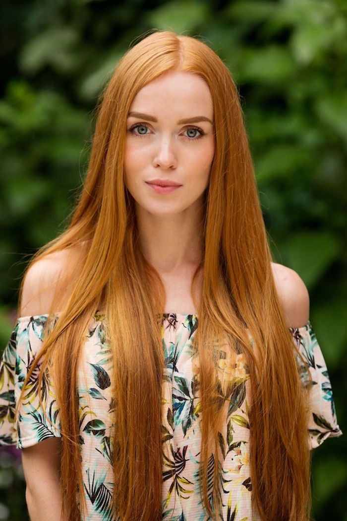 coloration roux, femme dans la nature, cheveux très longs en nuance orange, yeux bleus et lèvres rose