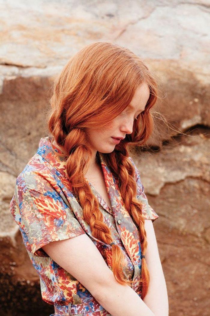 blond cuivré, femme sur la plage, robe avec manches courtes à motifs floraux, coiffure avec deux tresses, maquillage naturel
