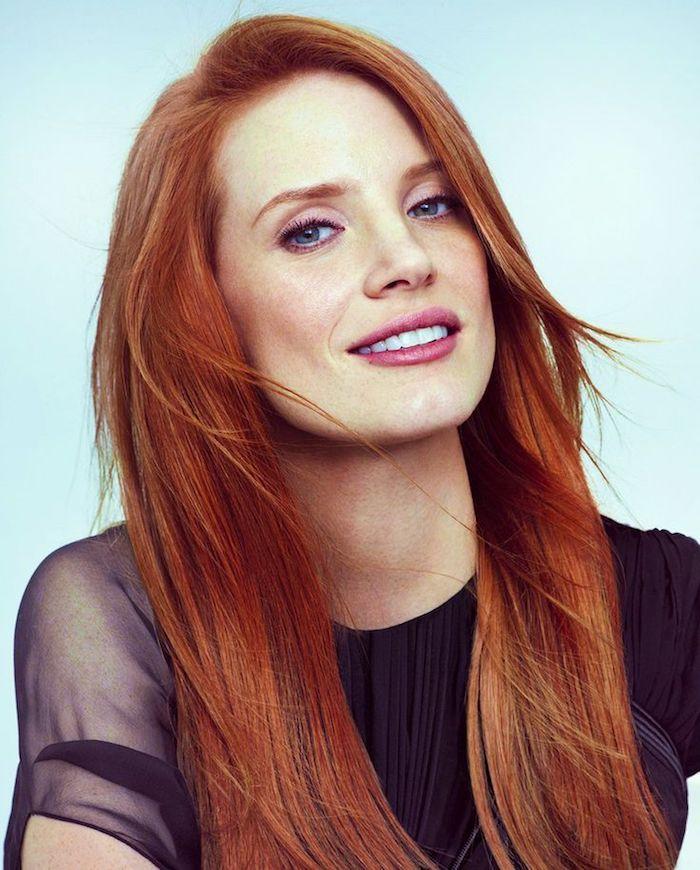cheveux cuivré, coloration orange, yeux bleus et lèvres rose, robe noire avec manches courtes, cheveux longs