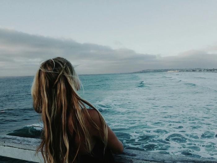 meche blonde, fille aux cheveux blonds au bord de la mer, coupe de cheveux longs avec racines noirs et mèches blonds