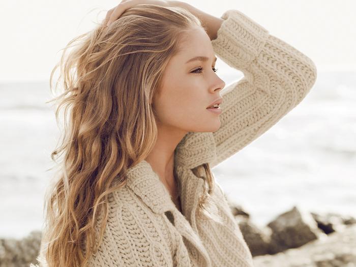 meche blonde, boucles salés de mer, racines brun avec extrémités blond doré, rouge à lèvre nude, vernis à ongles nude