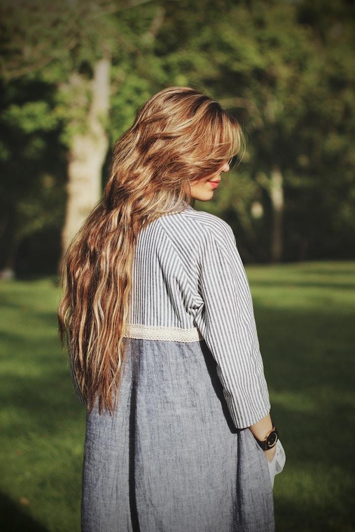 couleur blond foncé, cheveux longs en couches, coloration blond doré et blond foncé, frange sur le côté