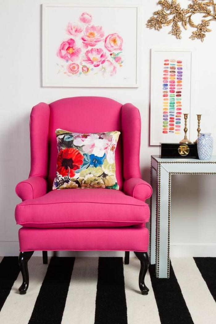 rose fushia dans un salon aux murs blancs et au tapis aux rayures noires et blanches