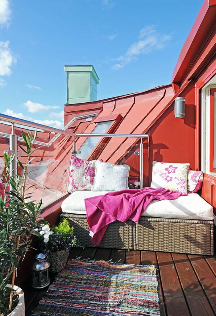 fuschia magenta color terrasse sur un immeuble avec des meubles en rotin PVC et des accents en fuchsia
