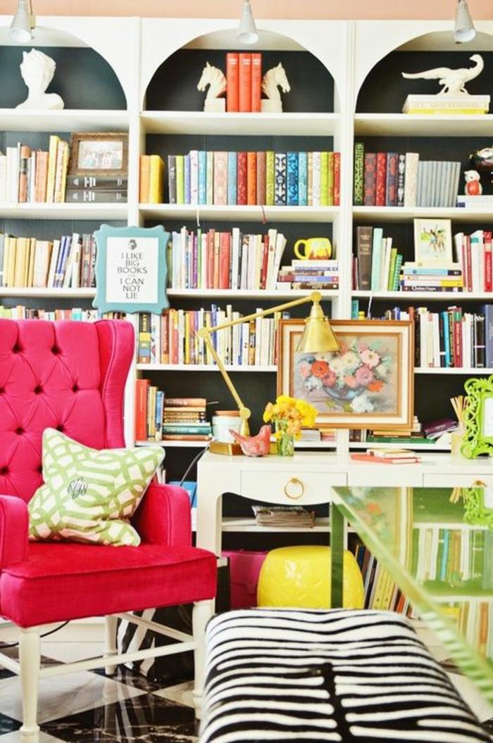 magenta couleur fuchsia dans une bibliotheque a la maison avec un fauteuil fuchsia et meuble aux prints zebre