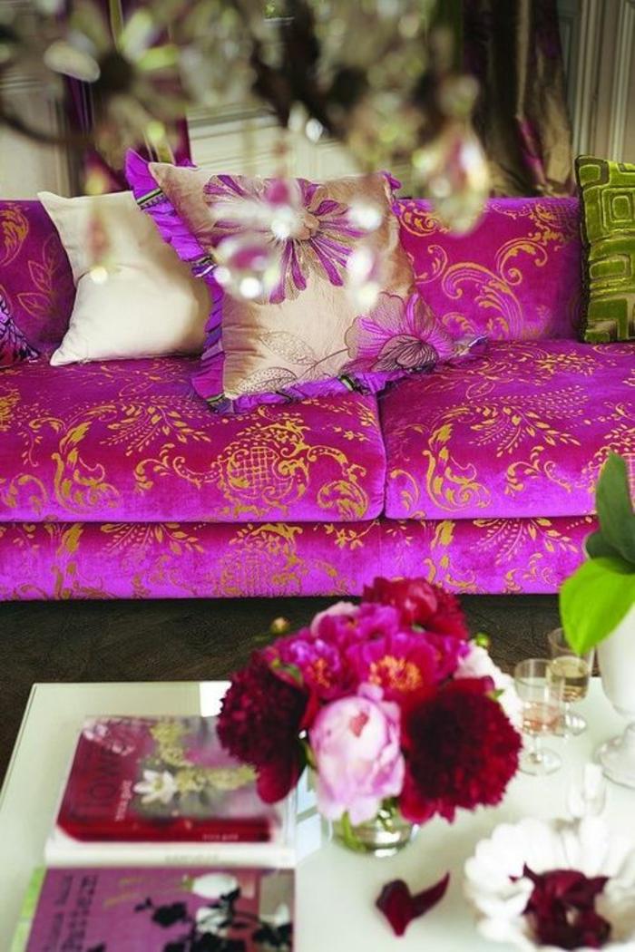 fuchia couleur fushia sur un canape aux nuances royales et au tissu satine