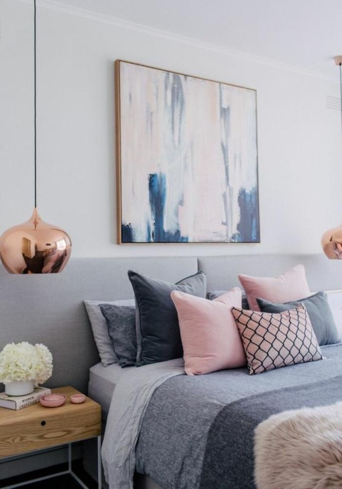 gris perle dans la chambre a coucher avec un grand tableau couleurs pastels au dessus du lit