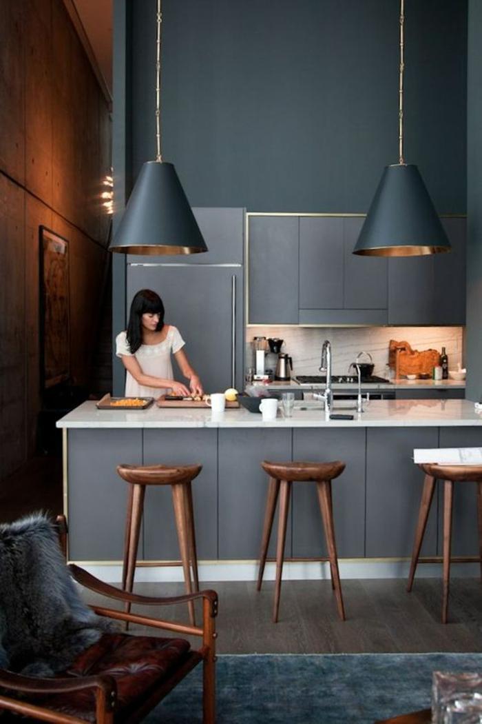 gris perle aux nuances fumée cuisine avec des chaises de bar en bois