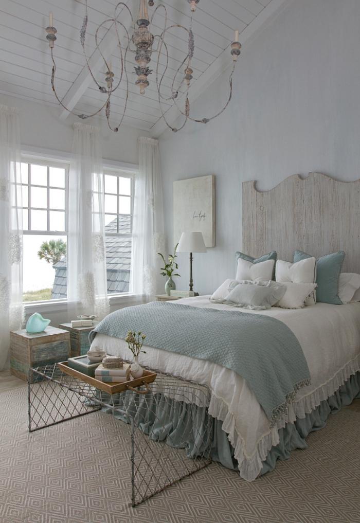 gris perle avec luminaire en forme de chandelles et grand lit