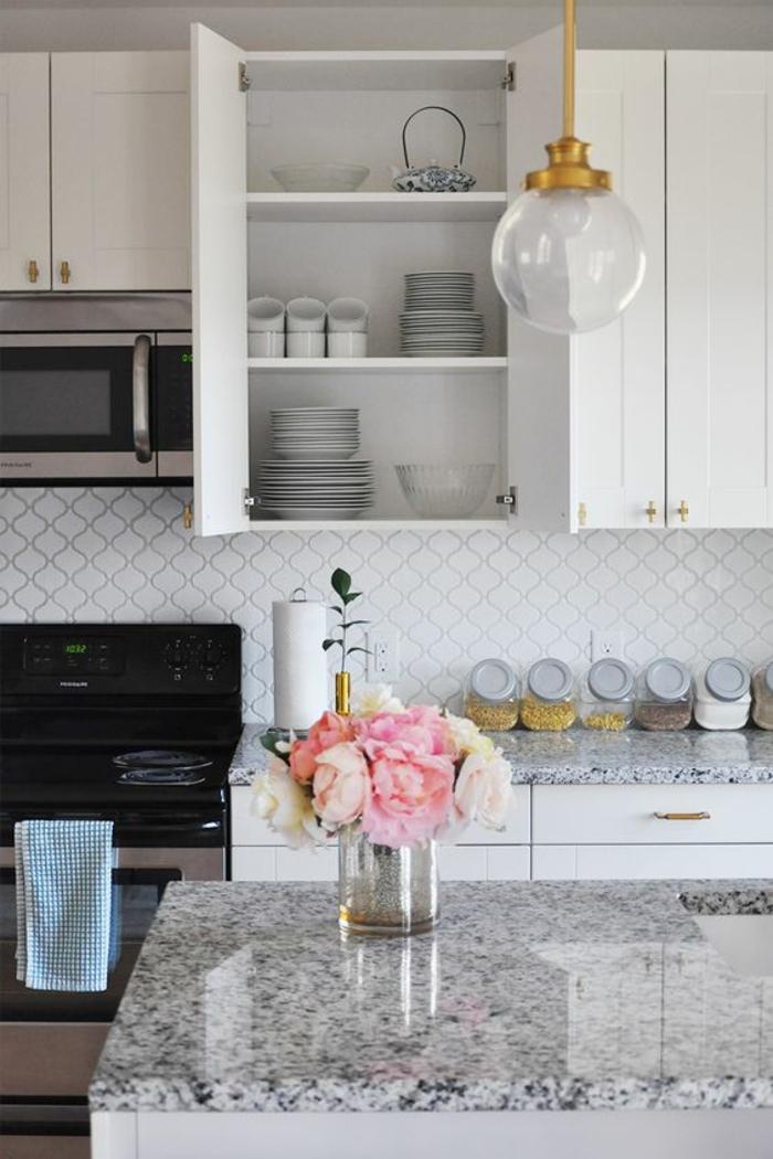 peinture gris perle dans une cuisine bien organisée avec des meubles blancs