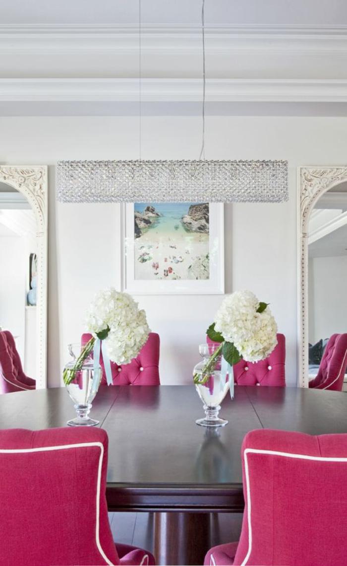 couleur fushia salle a manger aux murs en blanc avec une table en marron et des chaises fauteuils en fuchsia et blanc