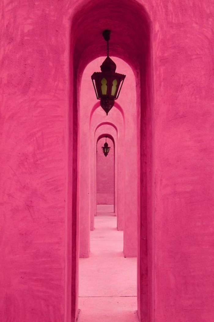 rose fushia dans l exterieur une belle perspective d arches avec des lampadaires en style oriental