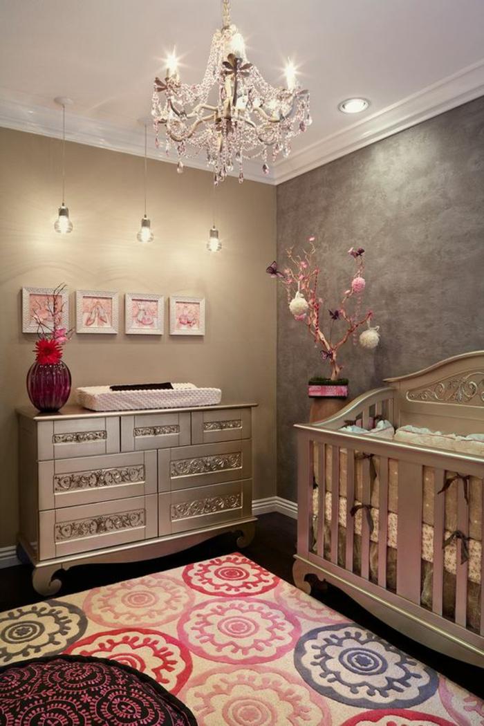 couleur rose poudré, chambre à coucher, luminaire baroque, ampoules suspendues, commode et lit bébé style baroque