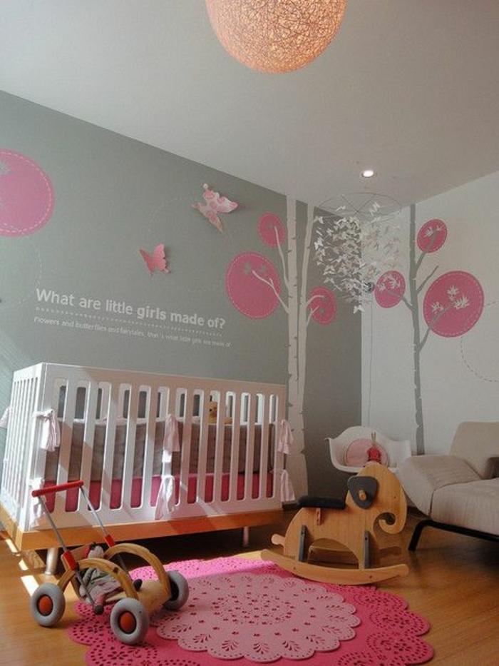 couleur rose poudré, petit tapis rond, citation inspirante au mur peint gris, luminaire rond