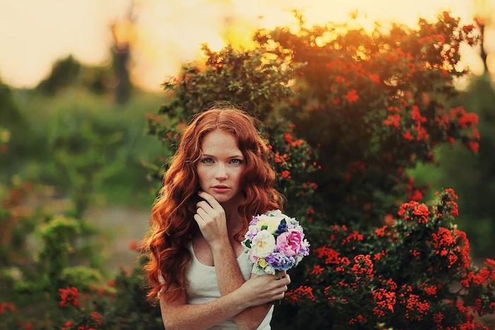 blond roux, bouquet de fleurs fraîches, coiffure avec boucles oranges, maquillage naturel