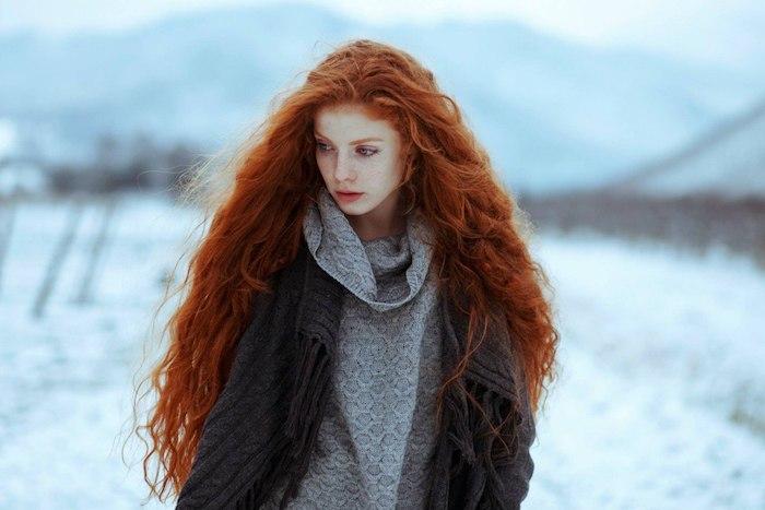 couleur cheveux cuivré, maquillage femme naturel, cheveux longs avec boucles, coloration orange sur cheveux femme