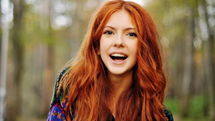 couleur cheveux cuivré, lèvres rose, poncho en couleurs, cheveux longs en orange, coiffure cheveux femme