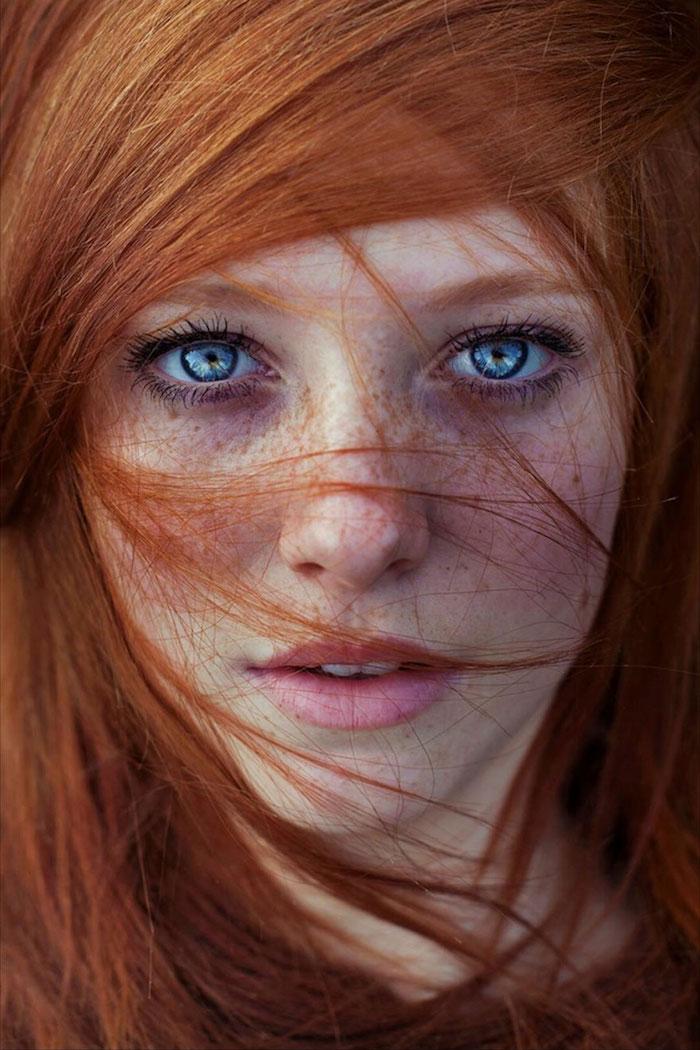 blond cuivré, visage féminin aux yeux bleus, rouge à lèvres nuance rose, coiffure cheveux raids et orange