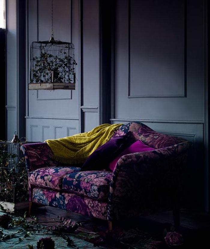 couleur tendance salon, canapé à deux places, couverture moutarde, peinture murale grise