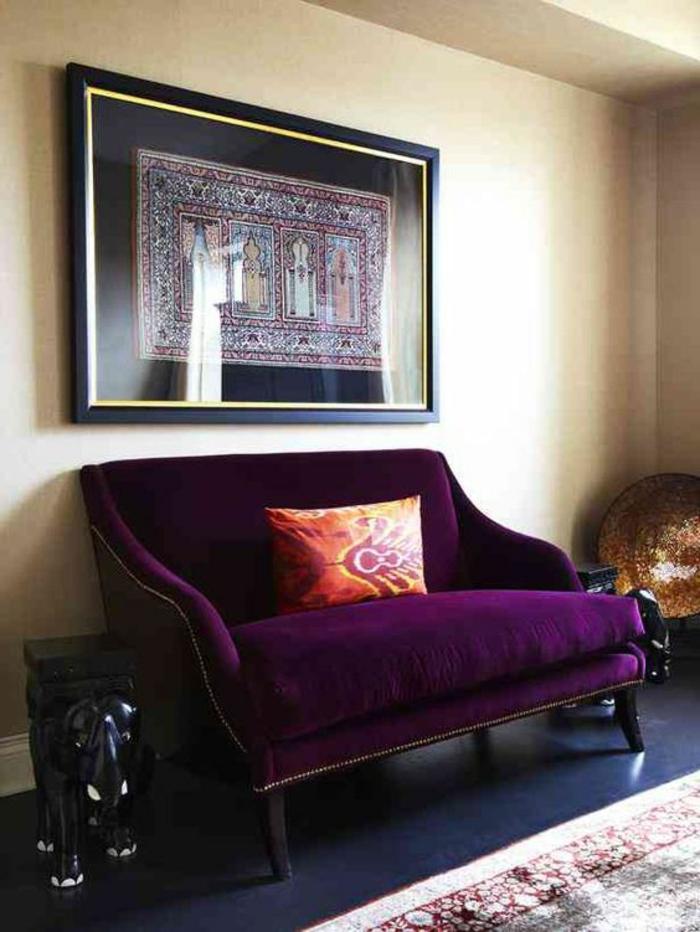 couleur tendance salon, canapé pourpre, tabouret en forme d'éléphant, coussin orange, intérieur traditionnel
