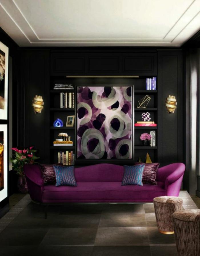couleur tendance salon, sofa mauve, peinture mirale noire, tableaux art, coussins bleus, petites étagères encastrées