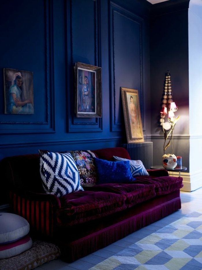 couleur tendance salon, tapis moderne, sofa moelleux, coussins déco, portraits artistiques