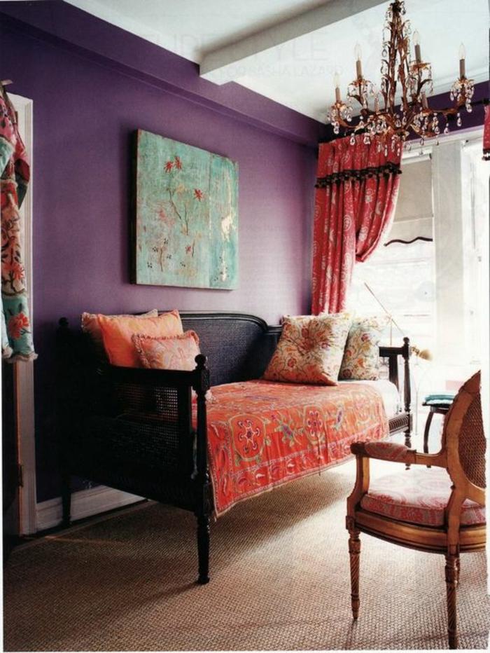 couleur tendance salon, sofa noir et couverture style rétro, plafonnier pampilles, tableau artistique bleu,