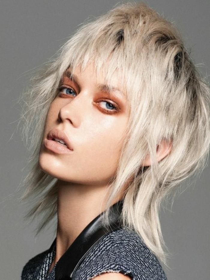 coupe de cheveux femme mi long coupe asymétrique frange irréguliere couleur cendres