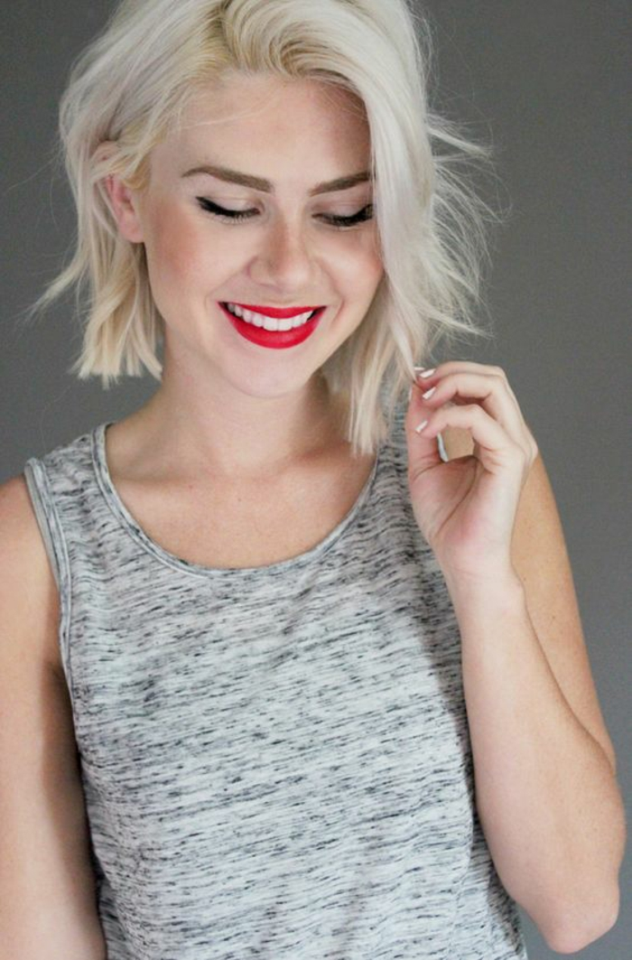 coupe asymétrique blond gris sans frange effet volumineux mèches a longueur irrégulière