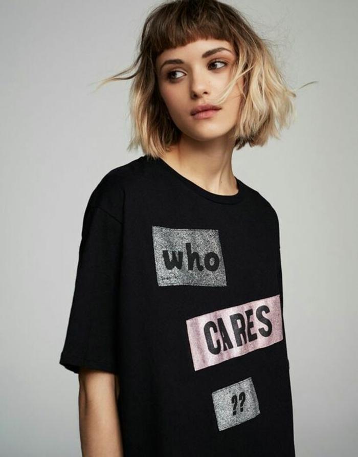 coupe courte blonde, t-shirt noir estampé, cheveux chatain blond, coiffure frangée