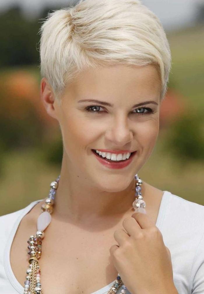 coupe courte blonde, coupe à la garçonne, collier avec des pierres originales
