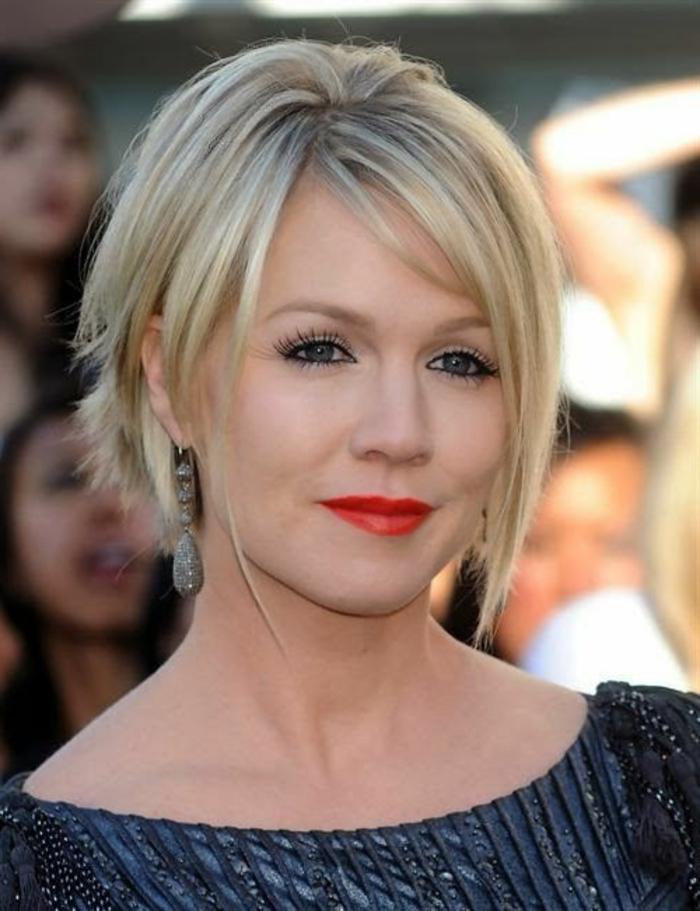 coupe courte blonde, coiffure asymétrique et effilée, rouge à lèvres intense
