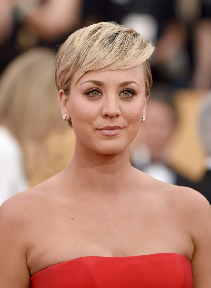 coiffures courtes femmes, maquillage discret pour yeux bleus, couleur de lèvres nude
