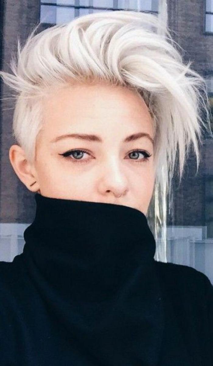 coupe carré couleur blanche mèches rebelles style rockeuse moderne couleur cheveux soulignante le teint parfait
