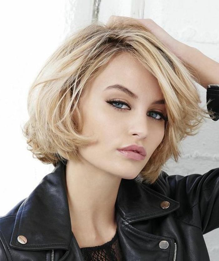 coupe courte femme originale, carré blond et veste en cuir noir, yeux bleus