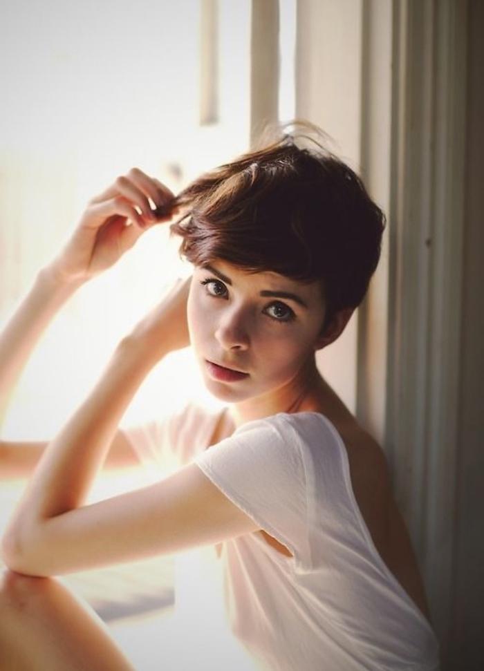 idée de coupe courte femme, de type pixie, une mèche asymétrique sur le coté, coiffure style décontracté