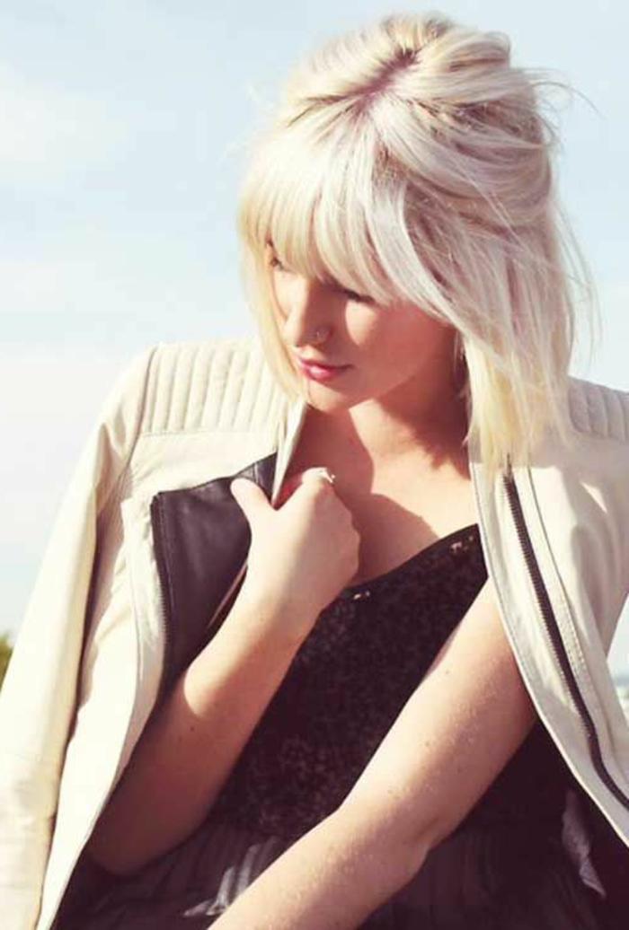idée de coupe femme courte, carré plongeant court, cheveux blond platine, frange sur le front, coiffure féminine
