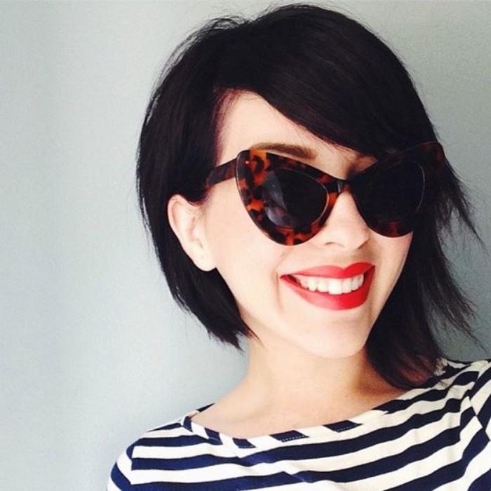 coupe femme courte cheveux chatain foncé, idée de coiffure carré plongeant court asymétrique, lunettes de soleil