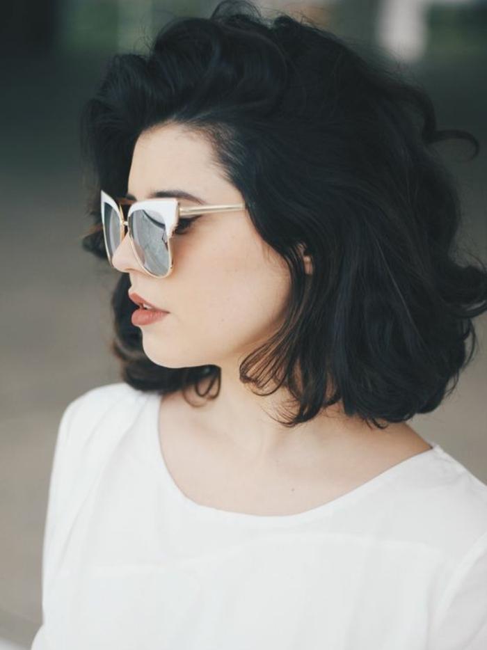 coupe courte femme, modele de carré court bouclé, lunettes de soleil, coiffure asymétrique, look d ete